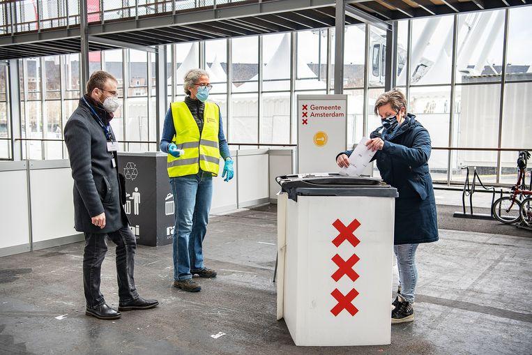 Waarnemer Vasil Vashchanka bekijkt de kieslocatie in de RAI. Beeld Guus Dubbelman / de Volkskrant