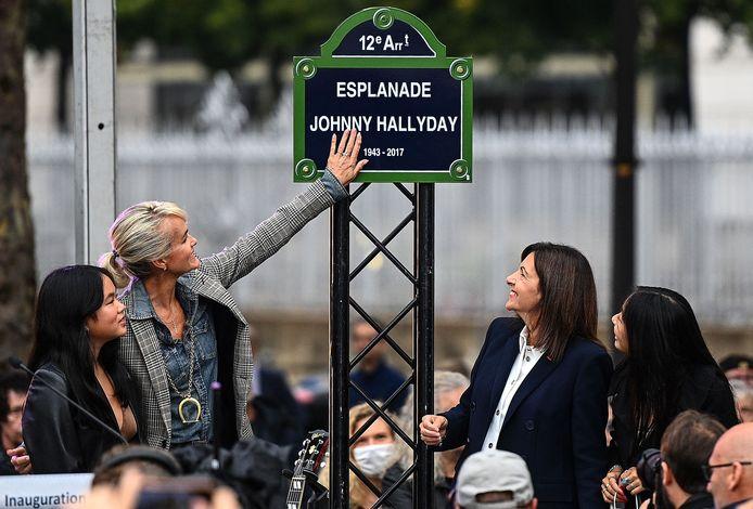 Laeticia Hallyday, ses filles Joy (à gauche) et Jade (à droite) ainsi que la maire de Paris Anne Hidalgo lors de l'inauguration de l'esplanade Johnny Hallyday.