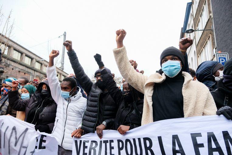 De betoging die de familie en vrienden van de overleden Ibrahima op poten hadden gezet, verliep aanvankelijk vreedzaam. Beeld Marc Baert