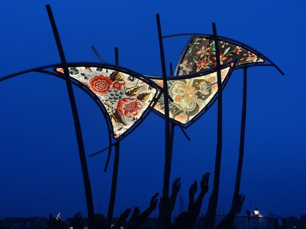 Klederdrachtpatronen zijn verwerkt in The Wave van de Nijkerkse kunstenaar Linda Verkaaik, dat boordevol symboliek zit over de watersnood van 1916 rond de voormalige Zuiderzee.