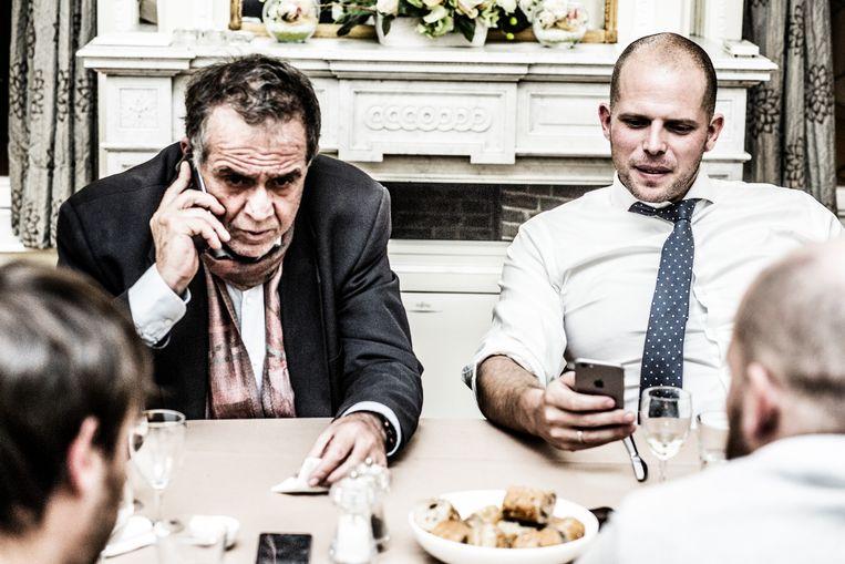 Theo Francken verzoent met de Griekse Minister van Migratie Ioannis Mouzalas. Beeld Franky Verdickt