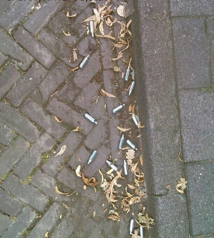 Patronen van lachgas, aangetroffen in Helmond.
