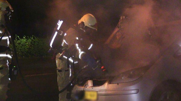 Aan de Noord Esmarkerrondweg in Enschede is in de nacht van donderdag op vrijdag een auto uitgebrand.