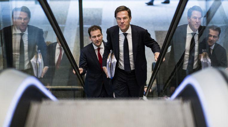Premier Mark Rutte en Minister Lodewijk Asscher van Sociale Zaken voor aanvang van een debat over het vluchtelingen. Beeld Freek van den Bergh / De Volkskrant