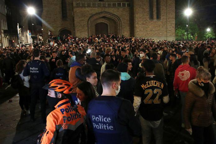De politie vraagt aan de feestende menigte om het plein te verlaten.