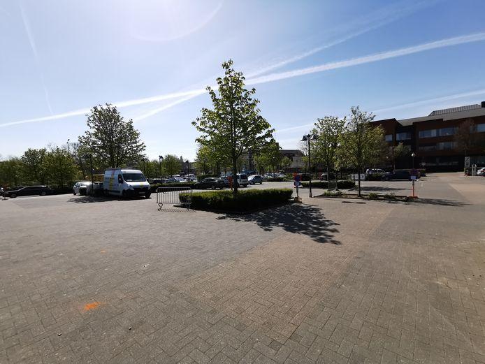 Op de parking van sportcomplex De Bres pleegde een dronken vrouw vluchtmisdrijf met haar zoontje op de achterbank.