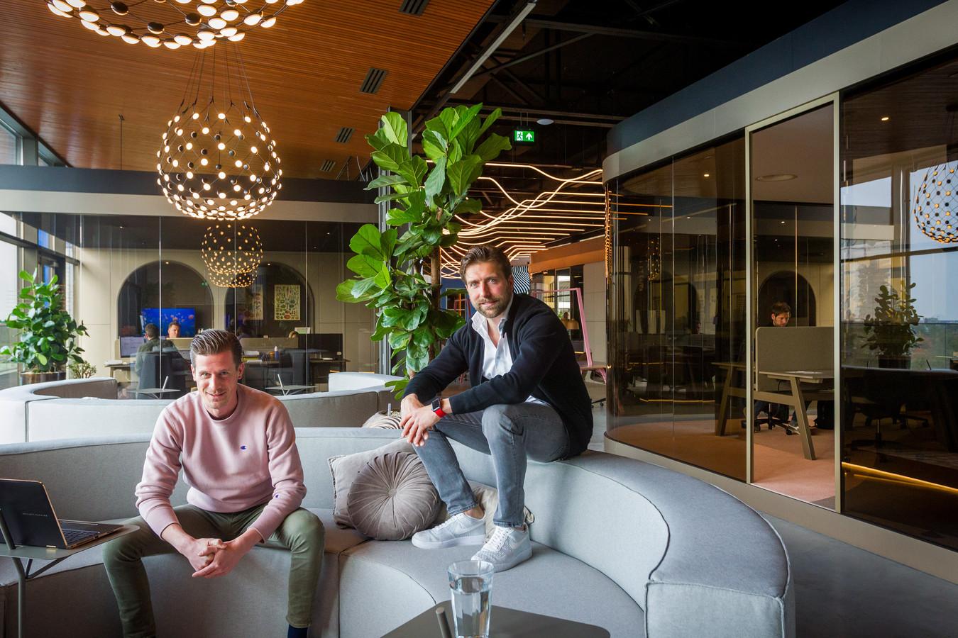MELT, nieuw concept bedrijfsruimte ontwikkeld door Kragt. Op de werk- en loungebank  Martijn van Wezel (rechts, creative director en eigenaar) en Koen van Loon (workspace developer).