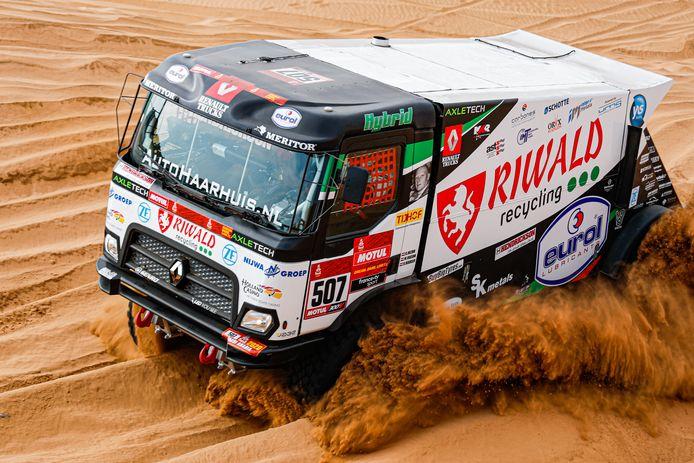 De hybride Renault-truck van Gert Huzink ploegt met extra pk's aan boord door de duinen van Saoedi-Arabië.