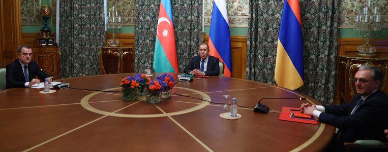 De ministers van Buitenlandse Zaken van Armenië, Azerbeidzjan en Rusland spraken ruim tien uur met elkaar. (09/10/2020) Beeld EPA