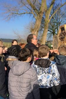 Wethouder Harry van de Ven opent samen met scholieren een bijenhotel