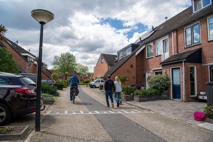 Een rustige woonstraat, de Minstreelshoeve in Apeldoorn.  Met af en toe voorbijgangers. Enkele bewoners zijn heel verbaasd dat in deze straat illegaal vuurwerk in beslag is genomen. Een 24-jarige bewoner is aangehouden.