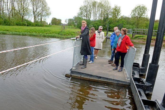 De officiële ingebruikname van het Rekkense trekveertje door wethouder Marijke van Haaren (derde van links) en heemraad Antoinette van Helvoirt van waterschap Rijn en IJssel (links).