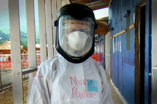 Pauline tijdens haar werk in Sierra Leone.