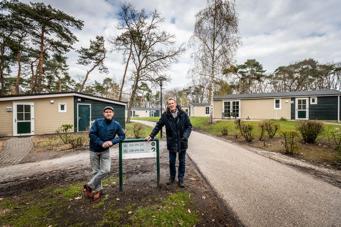 Vlierdenaren Toon Janssen en Peter Eijsbouts bij de nieuwe huisjes in Bospark de Bikkels.