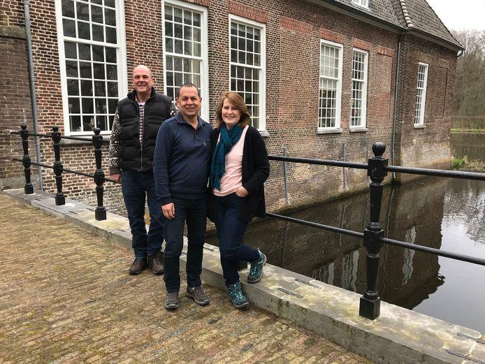 Het nieuwe beheerdersechtpaar van kasteel Heeze Eric en Sandra van Lawick van Pabst. Achter hen de huidige beheerder Dick Reefman