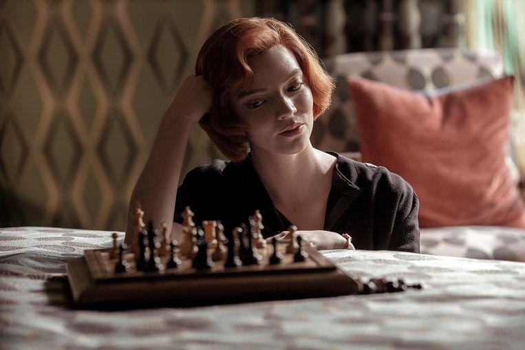 Anya Taylor-Joy schittert als Beth Harmon in 'The Queen's Gambit'. Beeld Netflix