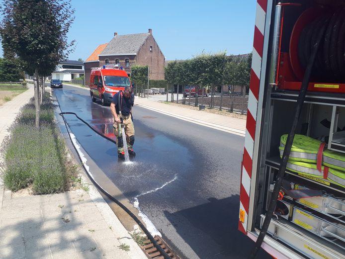 De brandweer had enkele uren werk om de vette brij te verwijderen.