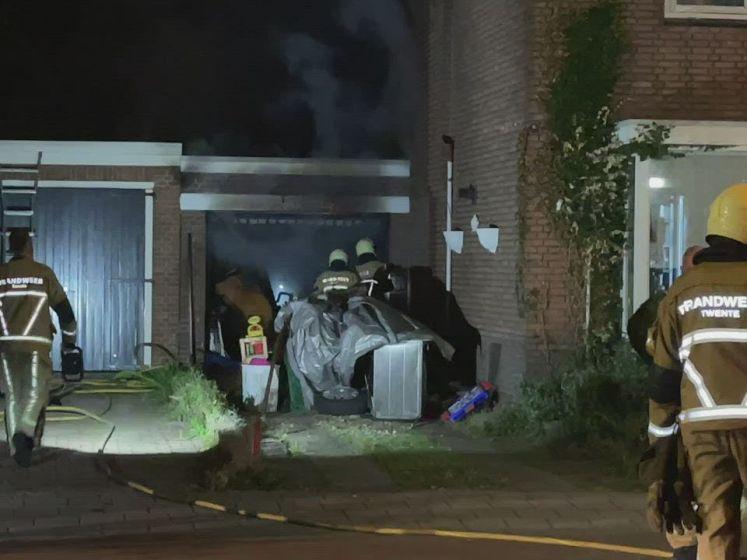 Schuur bij woning in Enschede volledig in brand