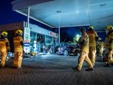 Auto knalt op volle snelheid op tankstation; brandweer moet bestuurder uit auto bevrijden