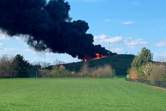 Pikzwarte rookwolken, tot in Helmond te zien, stijgen op bij de brand van vrijdag 16 april bij skiclub De Schans in Uden. Waarom kwam er geen NL-Alert, vraagt de buurt zich af.