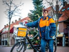 Ineke (57) brengt de post rond in Spijkenisse. 'Ik heb eigenlijk geen tijd om te kletsen'
