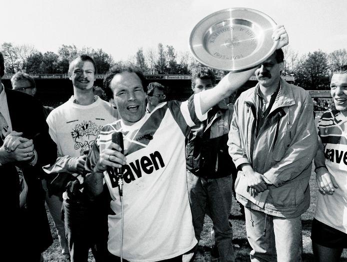 Dordrecht'90-aanvoerder Michel Valke met de zo veelbesproken schaal van het seizoen 1993-1994.