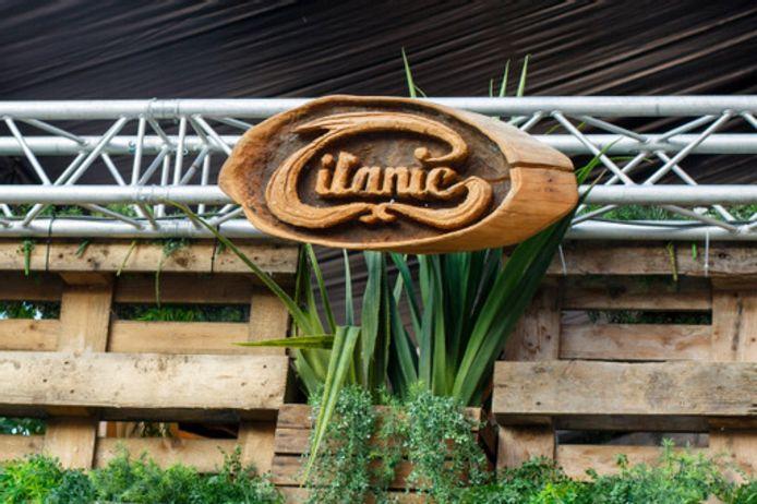Het logo van café Titanic kreeg een plekje aan de zijkant van het terras