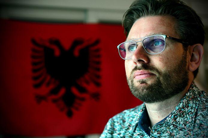 Kosovo-veteraan Christian Zorge hielp twintig jaar geleden honderden oorlogsslachtoffers te identificeren en herbegraven. Nu is hij uitvaartondernemer in Woensdrecht. Met oud-collega's keert hij terug naar Kosovo om kansarme mensen te helpen.