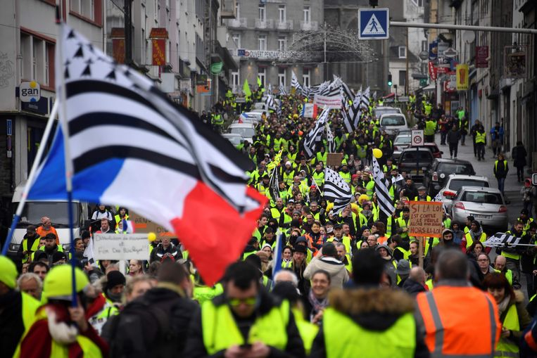 In Saint-Brieuc in Bretagne brachten veel demonstranten Bretoense vlaggen mee. Beeld AFP
