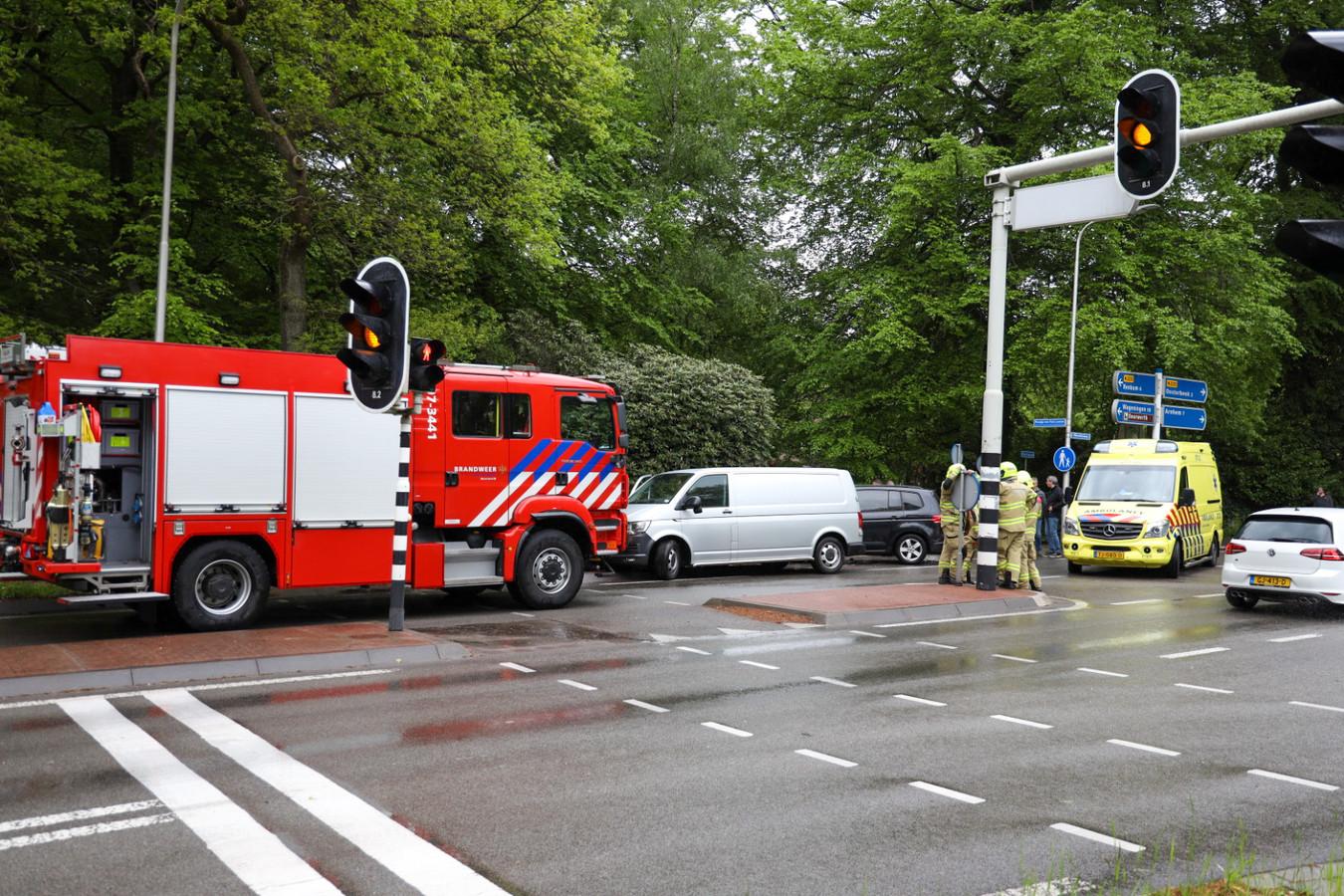Het grijze busje van de Forensische Opsporing kwam in botsing met de zwarte auto.