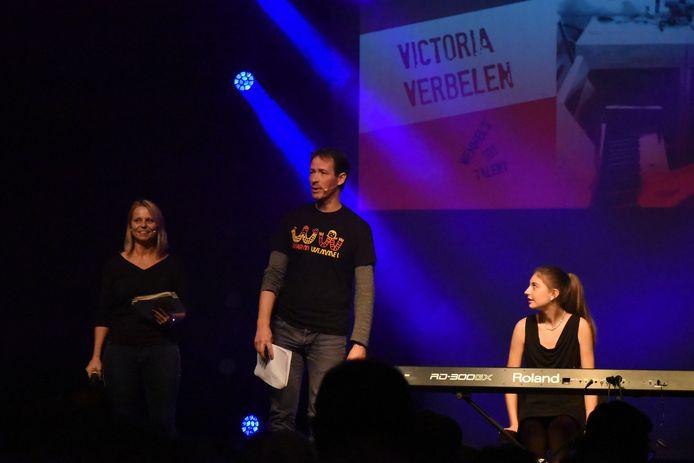 Warm Wemmel, Wemmel 's got talent. Victoria zit klaar aan de toetsen om het beste van zichzelf te geven.