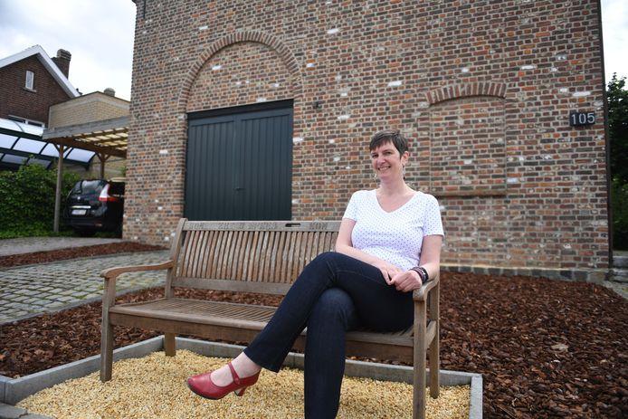 Nancy Sterckx plaatste een bankje in haar voortuin in de Dorpsstraat in Meerbeek.