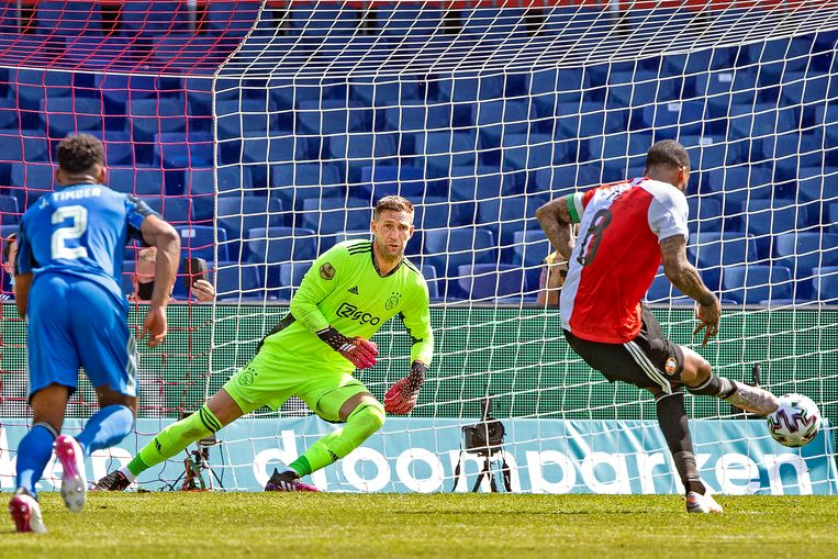 Ajax-keeper Maarten Stekelenburg is op weg naar de goede hoek en zal de strafschop van Leroy Fer keren.   Beeld Guus Dubbelman / de Volkskrant
