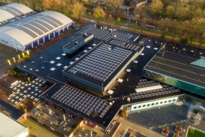 Het dak van het Eindhovense Ir. Ottenbad heeft ook zonnepanelen gekregen.