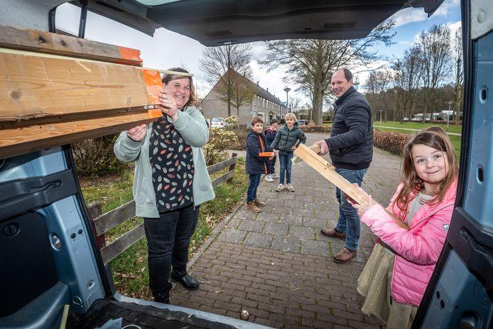 Bianca Bruininx maakt goed gebruik van de  Waalrese Facebookgroep. Oprichter Pieter van Deursen, zijn zoon Liam en diens vriendjes Stijn en Floris helpen Bianca en haar dochter Tessa met het inladen van gratis hout.