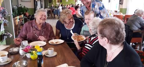 Leerlingen bakken pannenkoeken voor ouderen in Groesbeek