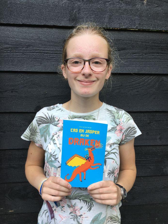 Het boekje van Lara over draken ligt nu in de bibliotheek in Altena.