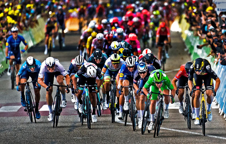 ST Frankrijk, Valence, 06-07-2021 Tour de France, 10e etappe, Van Albertville naar Valence. Mark Cavendish z'n 33e overwinning in de Tour de France.  Cavendish is nog 1 overwinning verwijderd van een evenaring van het record van Eddy Merckx. Rechts Wout van Aert (rechts) die 2e wordt en Jasper Philipsen ( links van Cavendish) 3e. Beeld Klaas Jan van der Weij