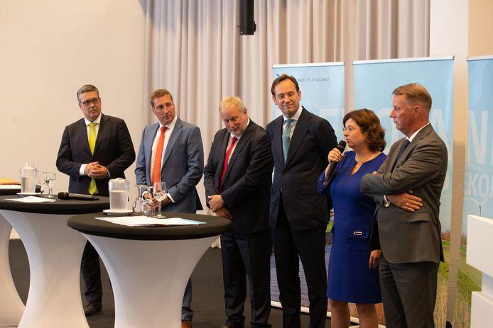 Het beoogde nieuwe college van Flevoland stelt zich voor in het provinciehuis. Van links naar rechts: Michiel Rijsberman (D66), Harold Hofstra (ChristenUnie), Jop Fackeldey (PvdA), Jan-Nico Appelman (CDA), Cora Smelik (GroenLinks) en Jan de Reus (VVD).