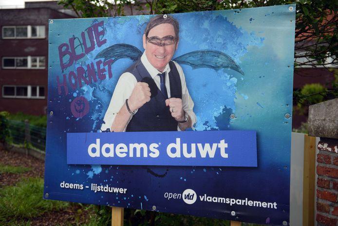 De affiche van Rik Daems werd al beklad.