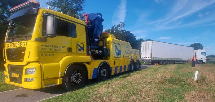 De truck moest door een bergingsbedrijf worden losgetrokken.