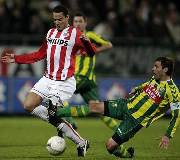 PSV-er Otman Bakkal (l) in duel met Aleksander Rankovic dinsdagavond tijdens ADO-PSV in Den Haag. PSV versloeg ADO met 2-0. Foto ANP/Valerie Kuypers Beeld
