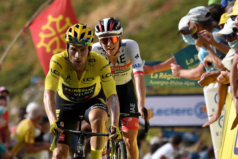 Leider Primoz Roglic en Tadej Pogacar komen als besten van de favorieten boven op de Puy Mary. Beeld AFP