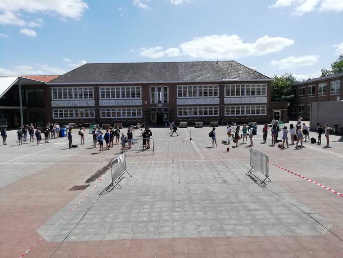 Eerstegraadsschool De Keiwijzer organiseert afsluitende activiteiten, waarbij ze werken met vaste bubbels door groepen te vormen via gekleurde stippen op de grond, op gepaste afstand van elkaar.