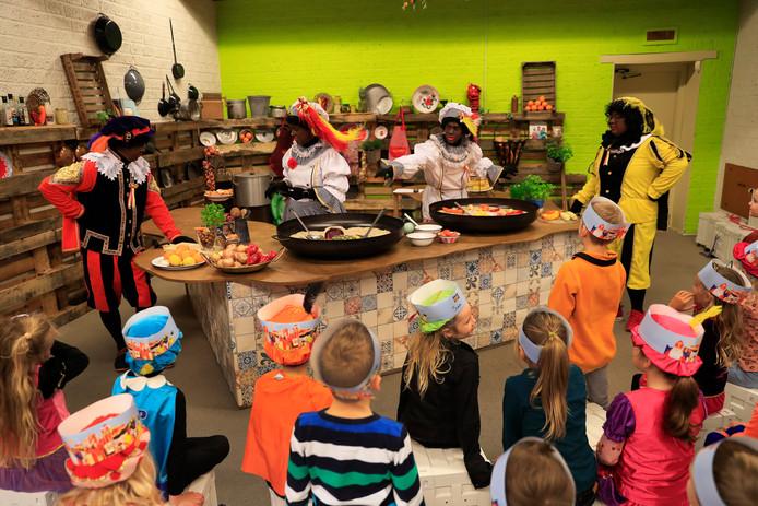 Bakpieten maken paella, maar de kinderen van De Ravelinde moeten helpen.
