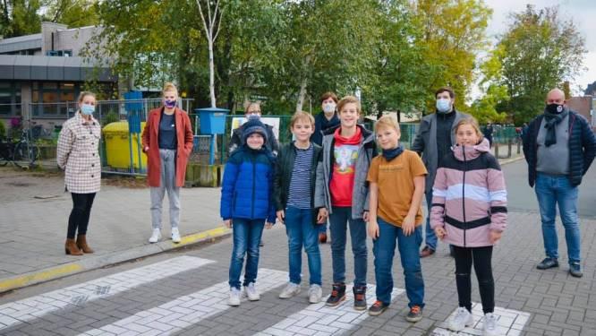 """Burgemeester belooft orde in verkeerschaos aan basisschool De Reigers: """"3D-zebradpad, gele lijnen en duidelijke parkeervakken"""""""