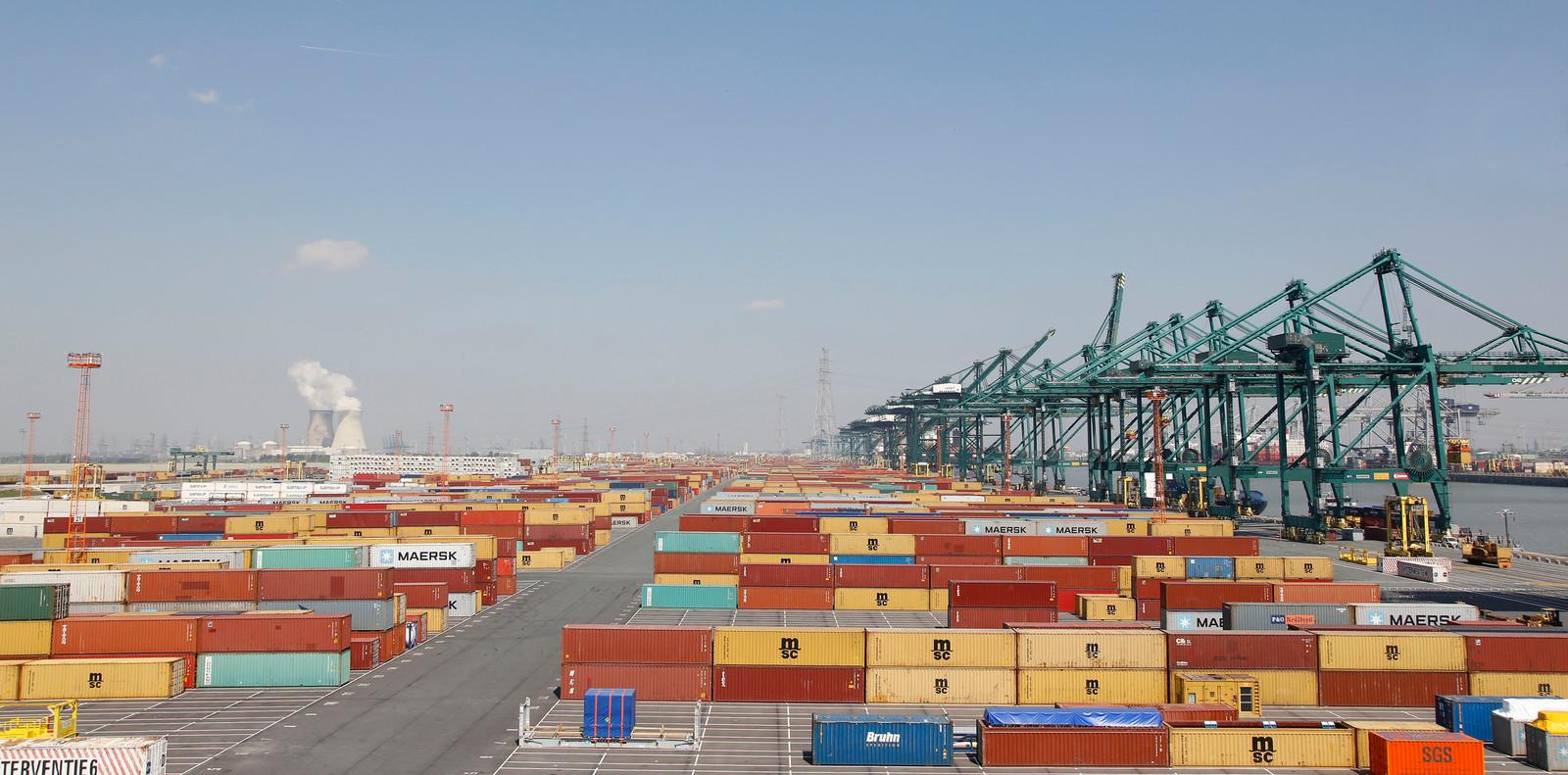 De haven van Antwerpen, waar jaarlijks vijftien miljoen containers aankomen.