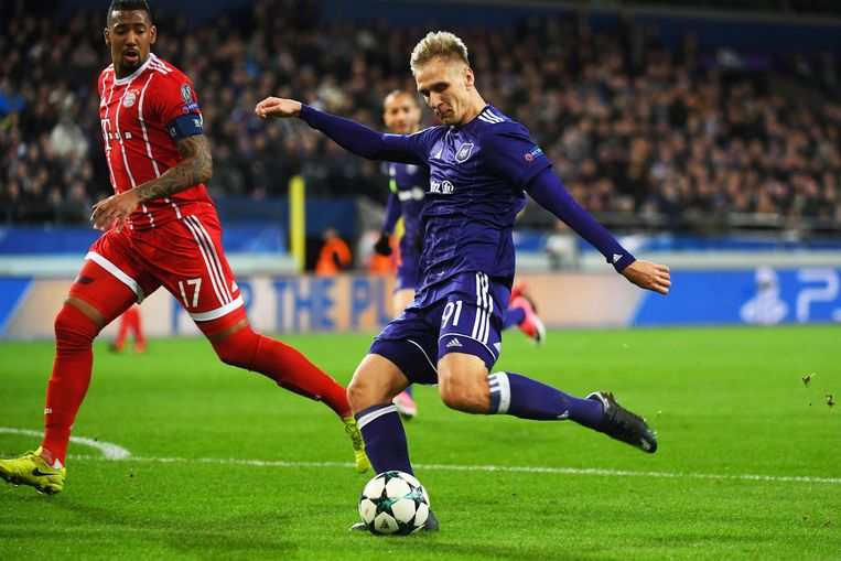 Anderlecht-spits Lukasz Teodorczyk trapt naast tegen Bayern. Beeld Photo News