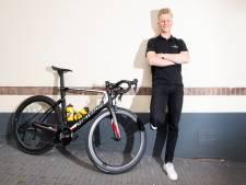 Wielrenner Arne Peters uit Beekbergen ligt bij rentree na 100 kilometer al op het asfalt: sleutelbeen gebroken