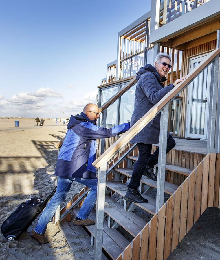 Jo en Aliza Arts bestijgen de trap naar hun tijdelijke onderkomen op het strand.